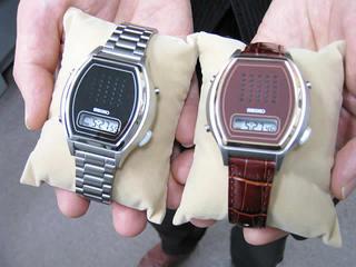 手のひらに載せた時計のニューモデルふたつ